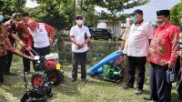 Ketua Dewan Lampung, Komisi IV dan VIII DPR RI Bagikan Alsintan
